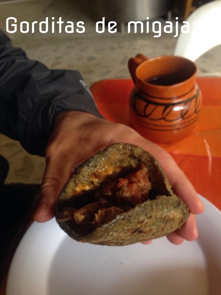 kuchnia meksykańska na pierwszym planie gordita a dalej kawa